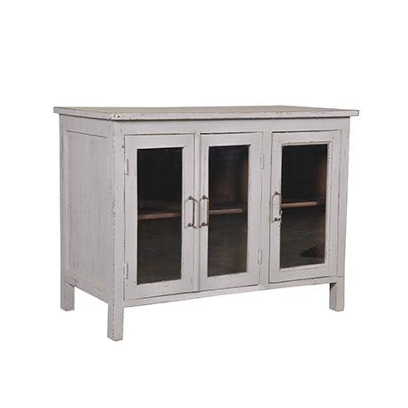 Fint sideboard i antikgrå finish med tre glasdörrar. Perfekt för både stora och små utrymmen.
