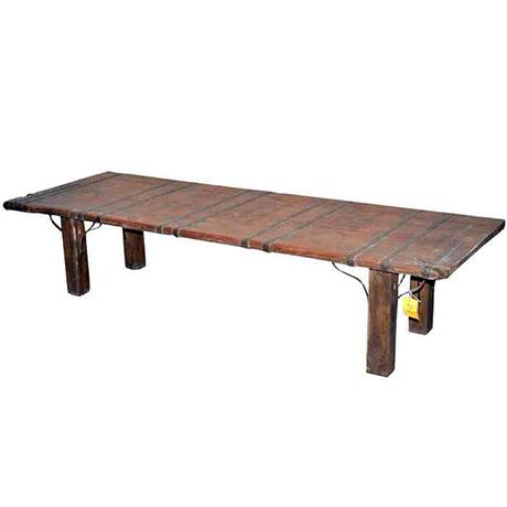 Underbart och unikt soffbord för den stora soffan. Bordet är gjort av e gammal dörr som har vackra järndetaljer på toppen. B 225 D 70 H 48
