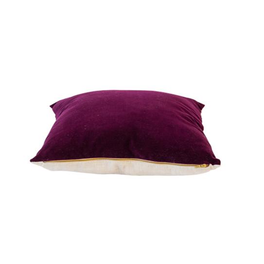 MENORCA kuddfodral är gjord i sammet( bomull) på framsidan och linne på baksidan. Kuddfodralen är varsamt stentvättade för att ge en härlig känsla och färg. Ta hand om den med kärlek!. Det underbara blixtlåset ger kudden ett modernt uttryck och sin egna soulosofierade identitet.