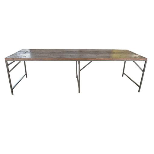 Ett unikum till bord. Längden är 275 och det är gjort av helt underbara gamla teakplankor. Benen är av järn och är hoppfällbara.