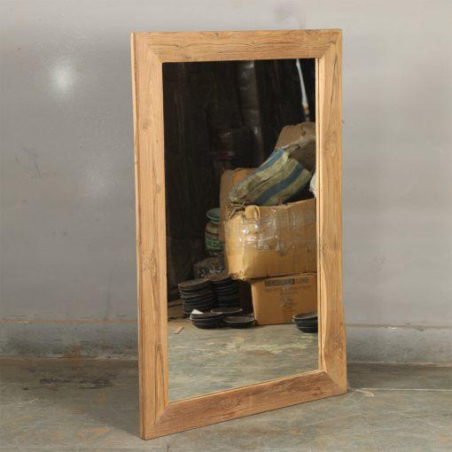 Fin nytillverkad spegel i naturfärgat återvunnet trä. Storlek 80*3*120