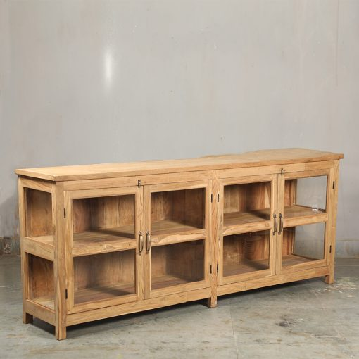 Sideboard i vintage teak. Skåpet är nyproducerat av återvunnen teak. Skpet har glasdörrar samt glas på sidorna. Storlek 220 cm brett