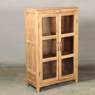 Fint renoverat skåp med glasdörrar i naturfärgat vintage teak utvändigt och invändigt med handtag i mässing. Storlek 76*51*124