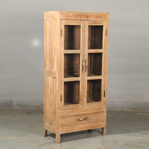 Fint renoverat skåp med glasdörrar i naturfärgat vintage teak utvändigt och invändigt med en låda längst ner med handtag i mässing. Storlek 68*34*146