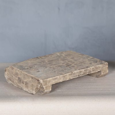 Dessa vintage underlägg har från början används som väldigt låga pallar. Brickorna har blivit varsamt renoverade av hantverkare i Indien och har alla en personlig och unik karaktär då de alla är olika i både form och storlek. Ca storlek är 35*22*7