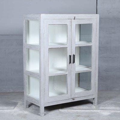 Triloba vintage är ett fint vintage skåp i teak med 3 hyllplan och glasdörrar samt glas på sidorna. Utsidan är målad i en fin grå färg och insidan är vit. Dörrar har enkla stilrena handtag i järn. Skåpet passar perfekt i köket
