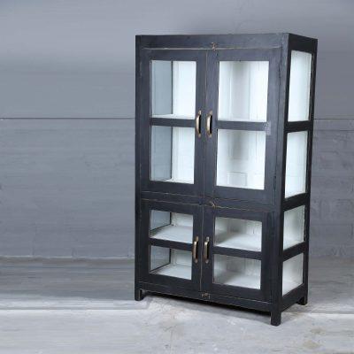 Muralis vintage är ett vitrinskåp med 2 dubbeldörrar i glas samt glas på sidorna viket ger skåpet en härlig luftig känsla. Dubbeldörrar är försedda med mässingshandtag. Insidan är målad i svart och det är totalt 4 hyllplan i skåpet. Skåpet har stilrena linjer vilket gör att skåpet passar bra in in de flesta skandinaviska hem