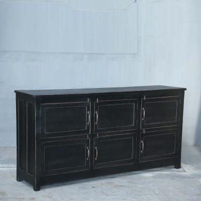 Underbart originellt vintage sideboard med 6 st smådörrar. Sideboardet är svart med mässingsbeslag. Storleken är 186*46*90 cm.