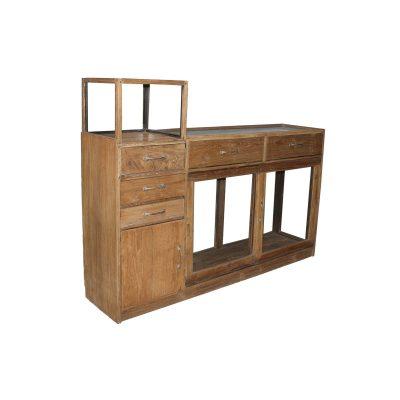En riktigt cool gammal möbel som är svåra att få tag på. Denna köpmandisk har sjutdörrar och glaslåda. Storlek 130*41*173 FRAKT OFFERERAS BEORENDE PÅ POSTNUMMER