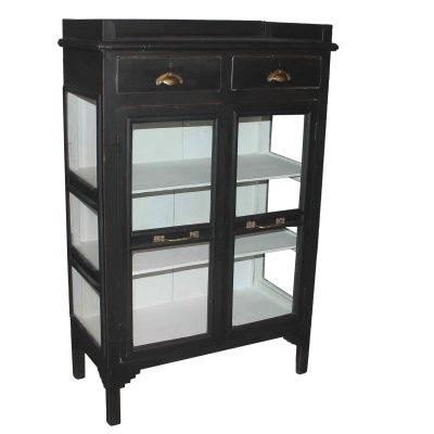 Anemone vintage är en fin skänk med glasdörrar och 2 stycken lådor. Skåpet är målat i svart på utsidan och med vitt på insidan. Storleken är 80*37*124