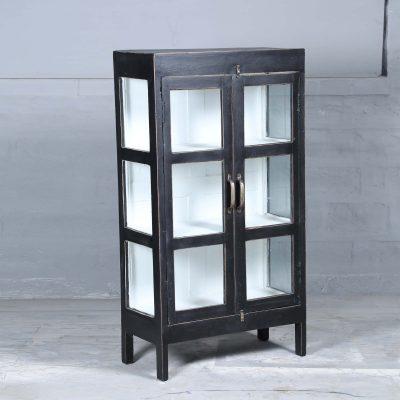 Ramosa vintage är ett vitrinskåp i teak med glasdörrar och glas på sidorna målat i svart. Insidan är vit och med 3 hyllplan.Dörrarna har försetts med handtag i mässing. Skåpet har glasdörrar samt glas på sidorna vilket skapar en härligt luftig känsla i skåpet som passar perfekt i badrummet