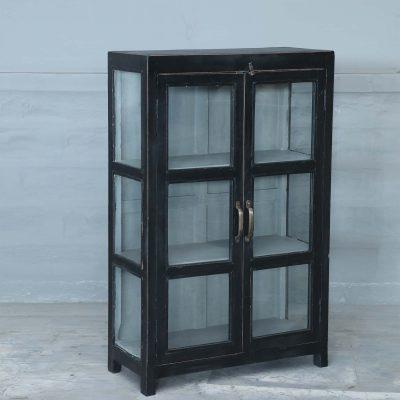 Monsa vintage är ett vitrinskåp i teak med glasdörrar och glas på sidorna målat i svart. Insidan är grå och med 3 hyllplan.Dörrarna har försetts med handtag i mässing. Skåpet har glasdörrar samt glas på sidorna vilket skapar en härligt luftig känsla i skåpet som passar perfekt i badrummet