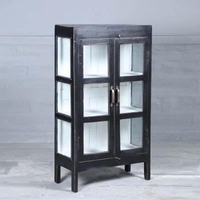 Mamtor vintage är ett vitrinskåp i teak med glasdörrar och glas på sidorna målat i svart. Insidan är vit och med 3 hyllplan.Dörrarna har försetts med handtag i mässing. Skåpet har glasdörrar samt glas på sidorna vilket skapar en härligt luftig känsla i skåpet som passar perfekt i badrummet