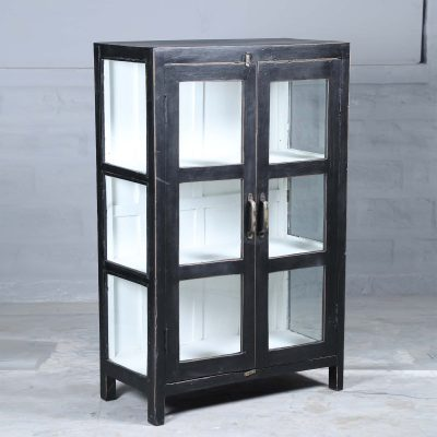 Alba vintage är ett vitrinskåp i teak med glasdörrar och glas på sidorna målat i svart. Insidan är vit och med 3 hyllplan.Dörrarna har försetts med handtag i mässing. Skåpet har glasdörrar samt glas på sidorna vilket skapar en härligt luftig känsla i skåpet som passar perfekt i badrummet