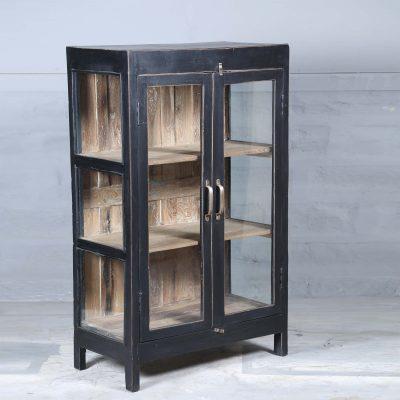 Avium vintage är ett vitrinskåp i teak med glasdörrar och glas på sidorna målat i svart. Insidan är natur och med 3 hyllplan.Dörrarna har försetts med handtag i mässing. Skåpet har glasdörrar samt glas på sidorna vilket skapar en härligt luftig känsla i skåpet som passar perfekt i badrummet